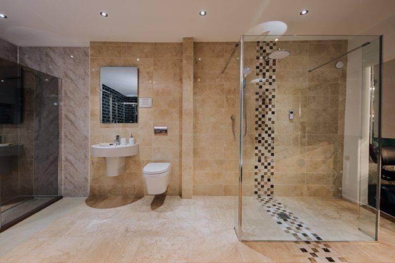Large bathroom, Walk in shower, tiled
